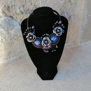 COLLAR BISUTERÍA CON FLORES DE METAL Y PIEDRAS Collar mas bonitos y elegantes para complemento para cualquier evento y ocasión.