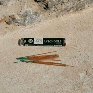 Incienso patchouli El incienso de patchouli está directamente relacionado con los cambios, el aroma es exótico, fuerte, penetrante, dulce y picante. Crea una atmósfera sensual, calmante y equilibrante.