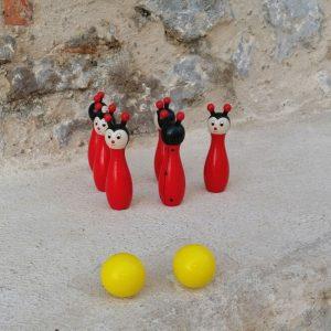 BOLOS DE MADERA Juego de bolos de madera con forma de mariquita. A los mas pequeños les encantara su diseño de mariquita con sus bonitas entenas. Un juguete clásico. tamaño 12 cm