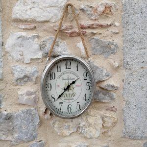 RELOJ OVALADO METAL DE PARED CON COLGADOR CUERDA Bonito reloj de metal plateado envejecido, de forma ovalada, con una cuerda para colgar en la pared. Tamaño: 26,5cm x 31cm mas 25cm de cuerda apro.