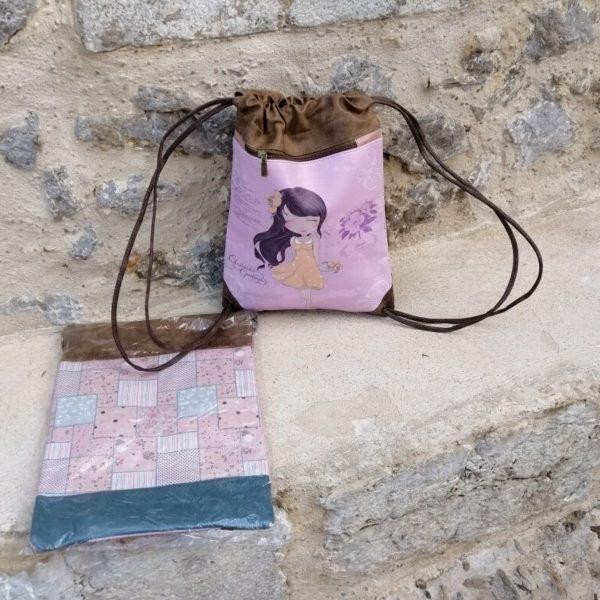 BOLSO / MOCHILA SWEET CANDY Bolso / mochila de polipiel, forrado en el interior, con tira para cerrar. Diferentes modelos y dibujos. Tamaño 30 x 42 aprox.