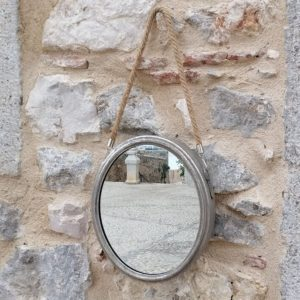 ESPEJO OVALADO METAL PLATEADO DE PARED CON COLGADOR CUERDA Bonito espejo de metal plateado envejecido, de forma ovalada, con una cuerda para colgar en la pared. Tamaño: 26,5cm x 31cm mas 25cm de cuerda apro.