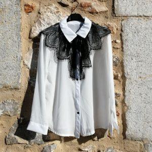 Blusa blanca con encaje negro. talla única